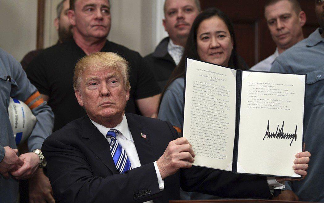 川普8日宣布對進口鋼鋁分別課徵25%及10%關稅,豁免正在重談北美貿易協定的加拿...