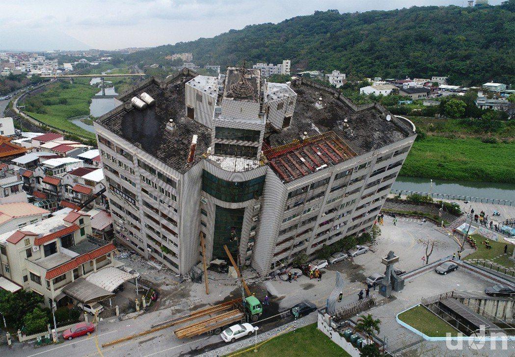 花蓮2月初發生強震,造成多處建築物倒塌傾斜,當時湧入眾多民眾愛心捐款。聯合報系資...