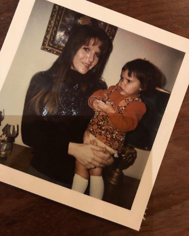 維多利亞貝克漢小時候和母親的親子照。圖/擷自instagram