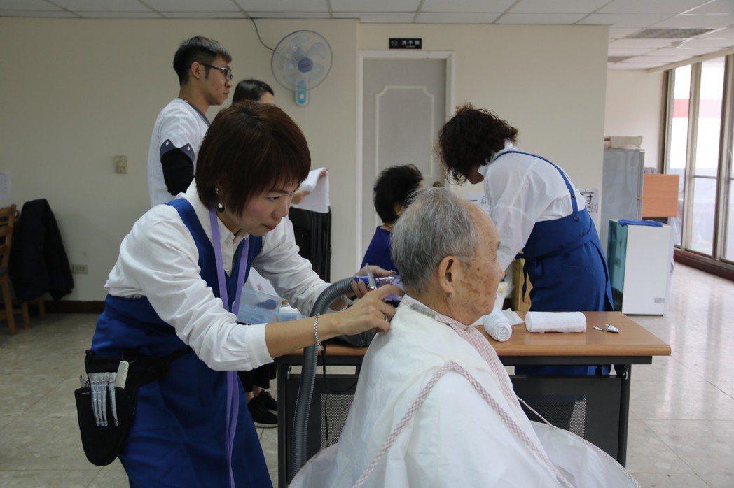 弘光科大從日本引進福祉美容,到宅就可向銀髮族進行美容美髮服務 弘光科大/提供。