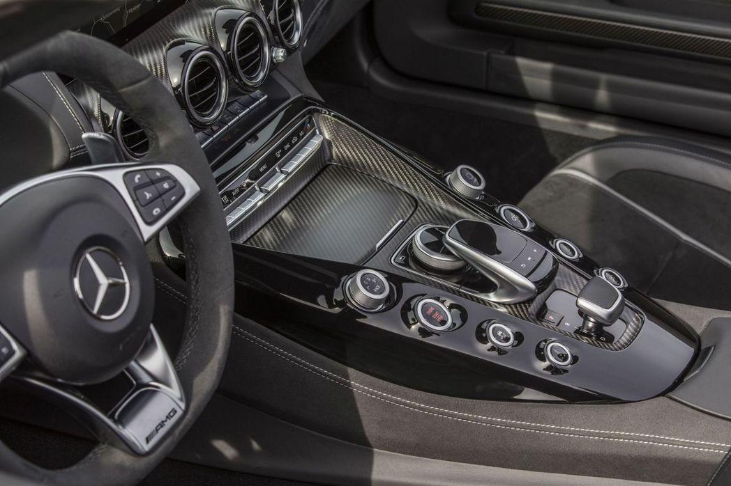 AMG GT C更期望車主能每日品嚐專屬的極致速度饗宴,除了具備驚人速度,更兼顧...