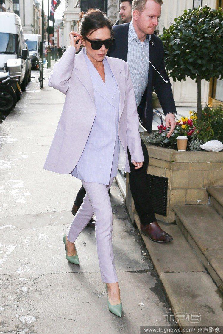 維多利亞貝克漢穿了一套自己設計的西裝褲裝,洋溢春日氣息。