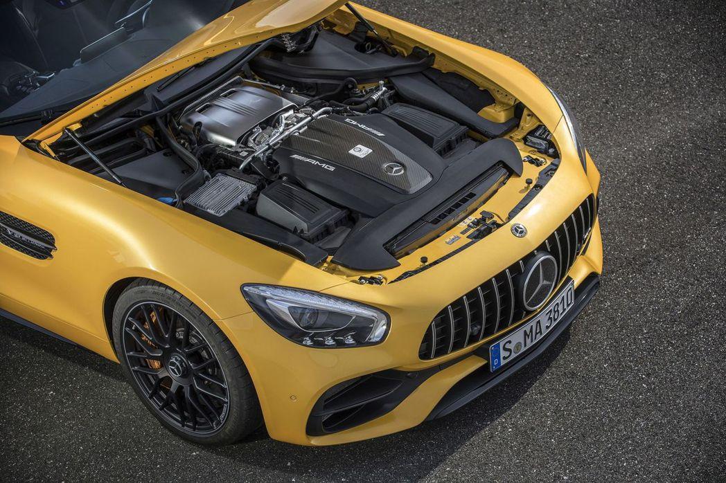 AMG GT C性能表現出色,搭載代號M178的AMG 4.0L V8雙渦輪增壓...