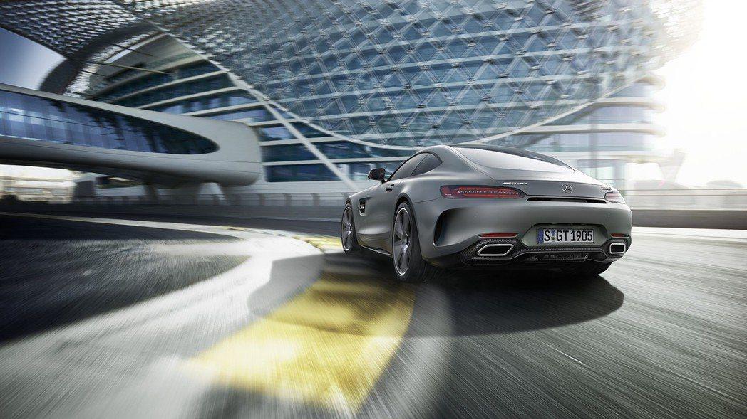 AMG GT C採用寬體車尾設計,搭配多樣套件選擇,讓車主可依自身個性風格,裝扮...