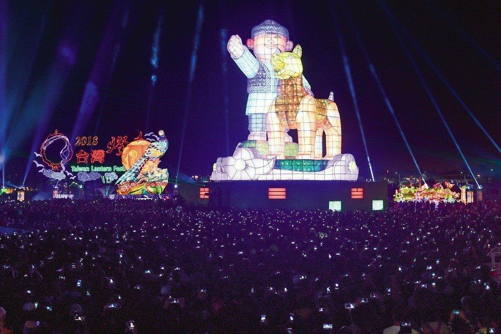 若說燈節是東方的「白晝之夜」,這絕對不過分。圖為台灣燈會主燈「忠義天成」。 圖/...