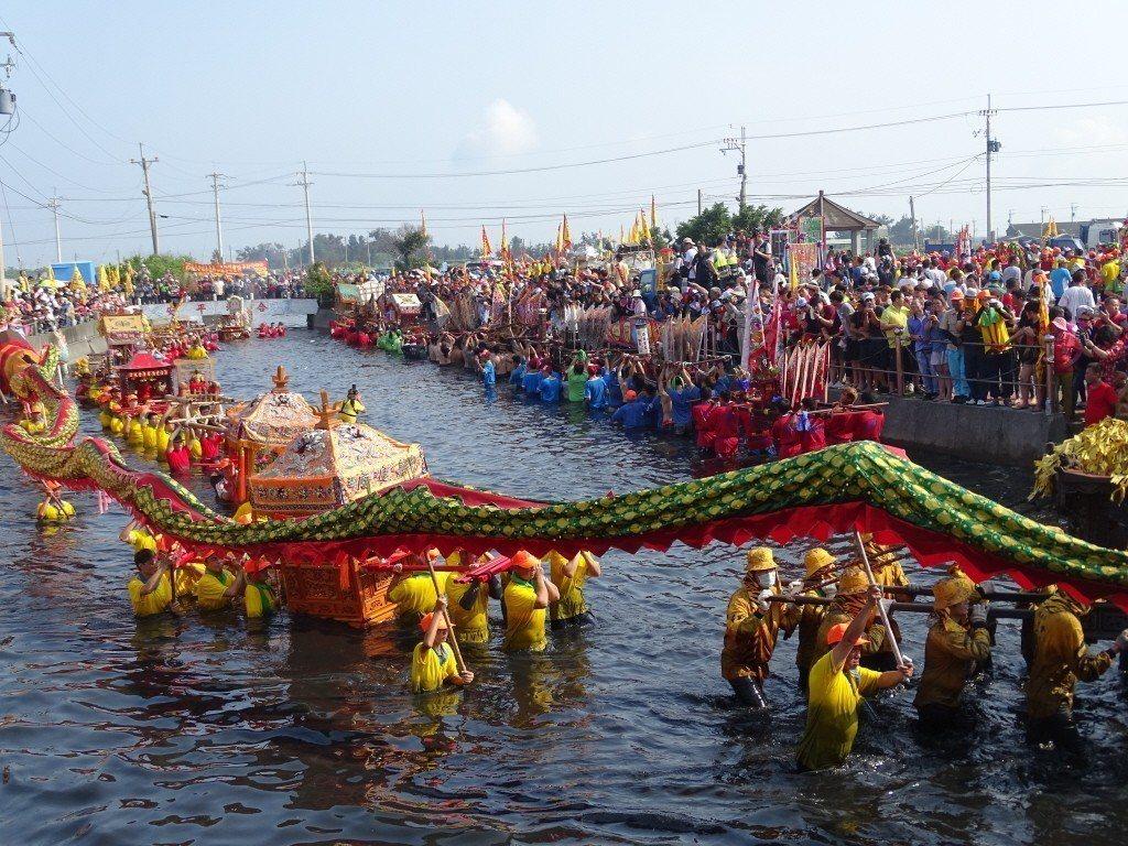 新塭嘉應廟「衝水路、迎客王」每年都吸引上萬民眾參與。 圖/聯合報系資料照