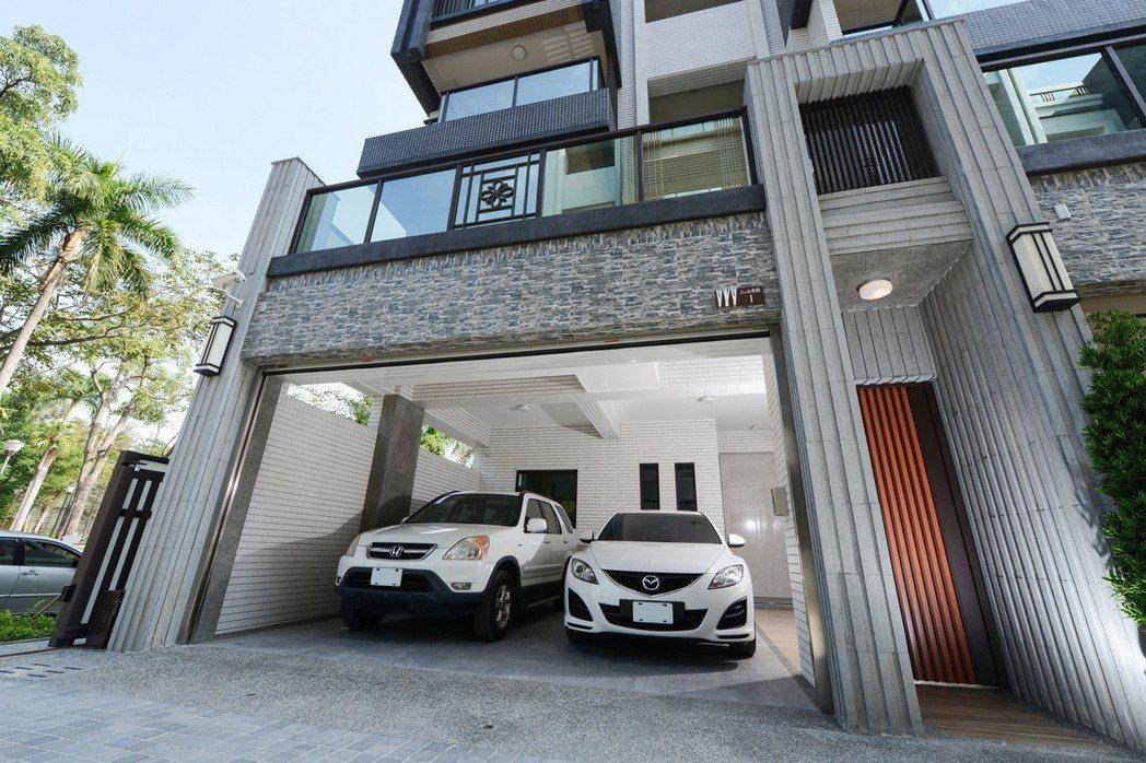 「金湖邨」併停雙車室內大車庫。 圖片提供/佐伯建設