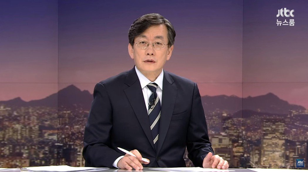 「各位觀眾,JTBC《新聞室》現在開始。」再度掀出衝擊報導的孫石熙主播。 圖/截...
