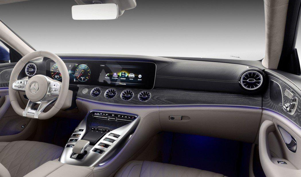 房車內裝風格搭配跑車的中央鞍座,打造新世代豪華轎跑。 摘自Mercedes