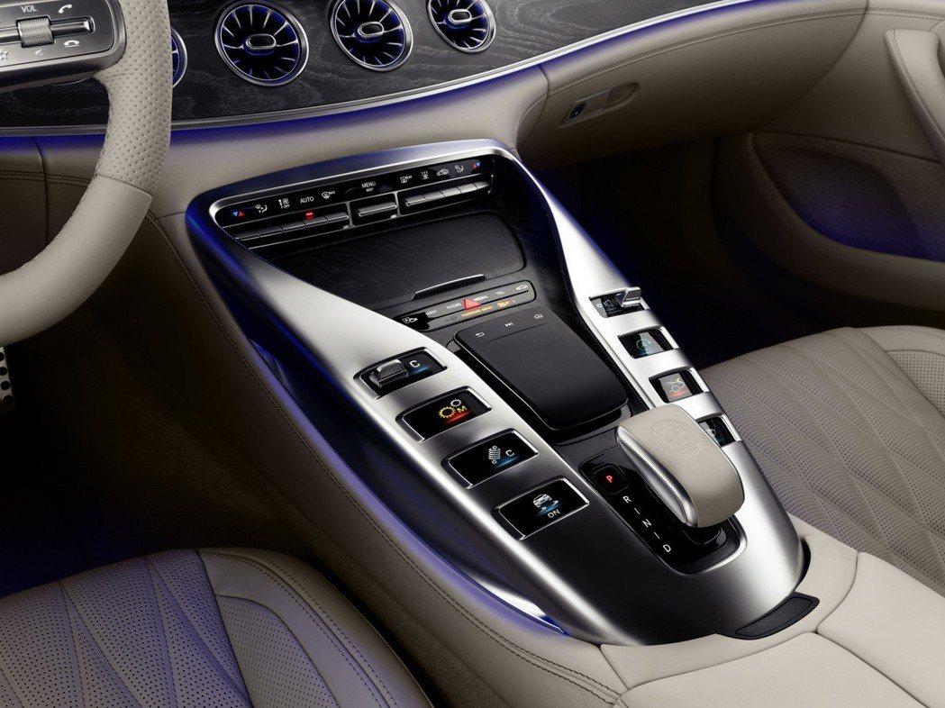 將實體按鍵虛擬化 增加科技感受。 摘自Mercedes