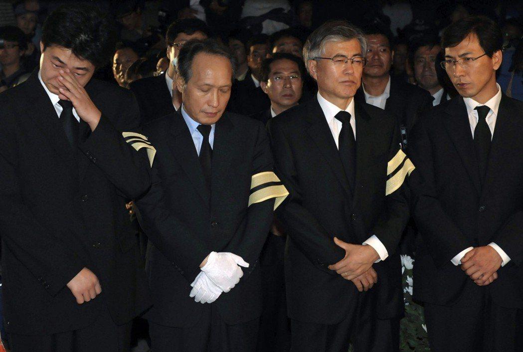 2009年5月,盧武鉉前總統的喪禮。左起為盧武鉉的兒子盧建昊(左一),盧武鉉時期...
