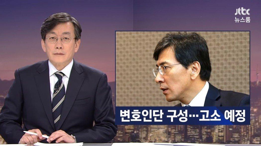 新聞直播當天,JTBC新聞團隊向安熙正方面求證並要求回應,但當時安熙正否認所有金...