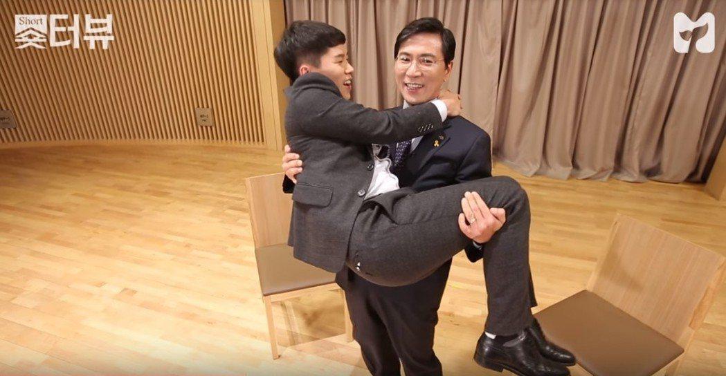 幽默風趣的表現,為他招來了不少師奶及少女的喜愛;對外,他更是自封為「忠南EXO」...