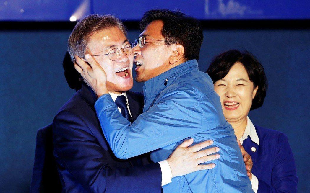 擔心安熙正醜聞影響年中地方選舉的執政黨,果斷地決定開除安熙正。圖為2017年南韓...