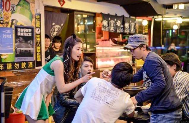 圖片來源/朱芷瑩(左)在「深夜海產店」中扮酒促小姐/劇組提供
