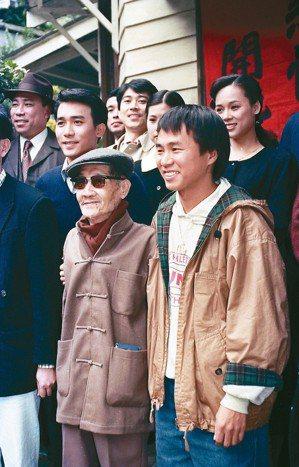 1988年11月25日中午,《悲情城市》在金瓜石開鏡,導演侯孝賢(前右)與主要演...