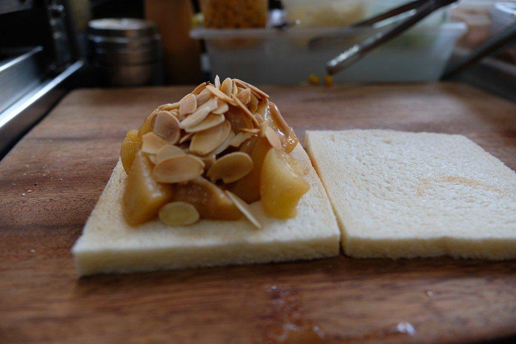 用肉桂、奶油、糖、檸檬炒的焦糖蘋果、淋上焦糖醬、撒上杏仁片無敵好吃!