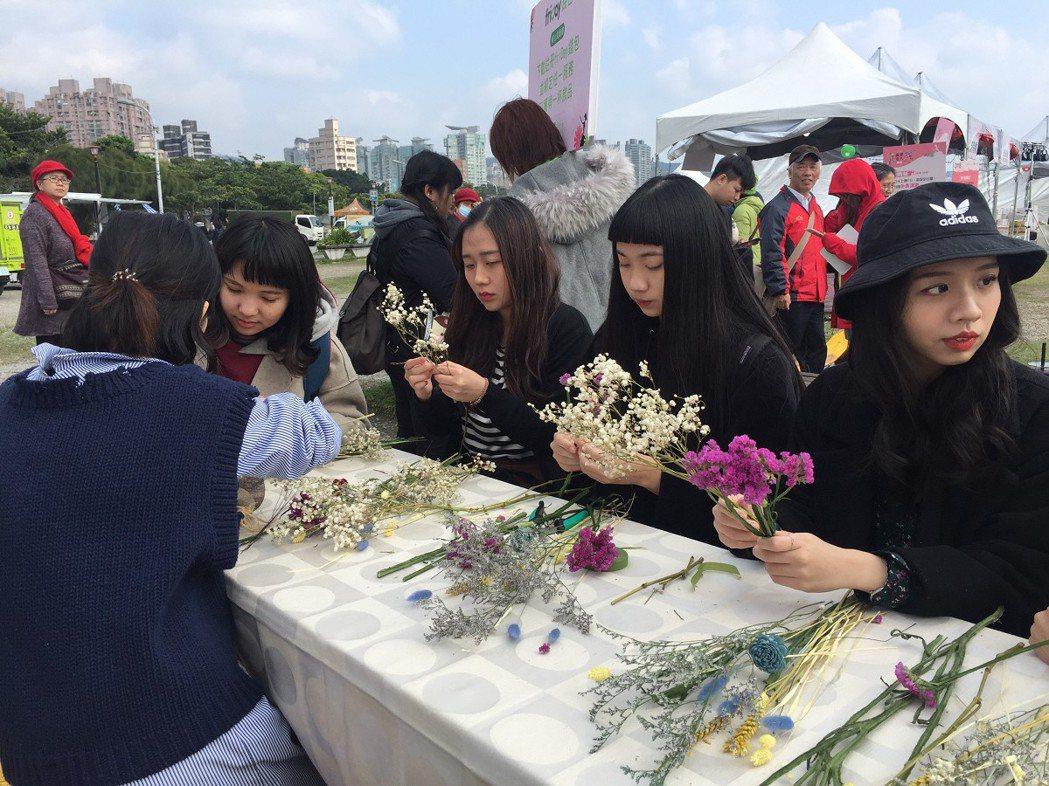 「2018新北寵愛女人市集」開跑到3月11日登場,集結35家以女性為主的商品店家...