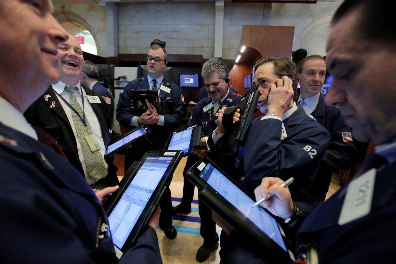 川普貿易關稅立場軟化,美股周四收高。 路透