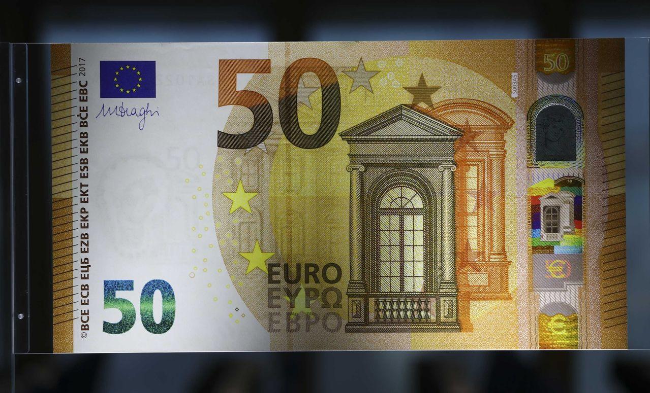 歐元走貶,歐洲央行(ECB)總裁德拉基強調通膨仍受抑制,還有保護主義的風險。路透