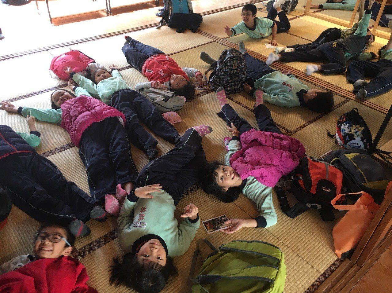 清水國小古蹟導覽小尖兵以「五感」體驗日式榻榻米的宿舍生活。記者黑中亮/攝影