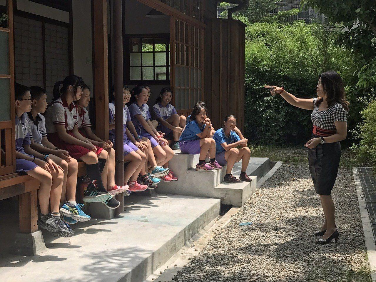 清水國小成立古蹟「導覽小尖兵」,以五感體驗日式宿舍群的歷史。記者黑中亮/攝影