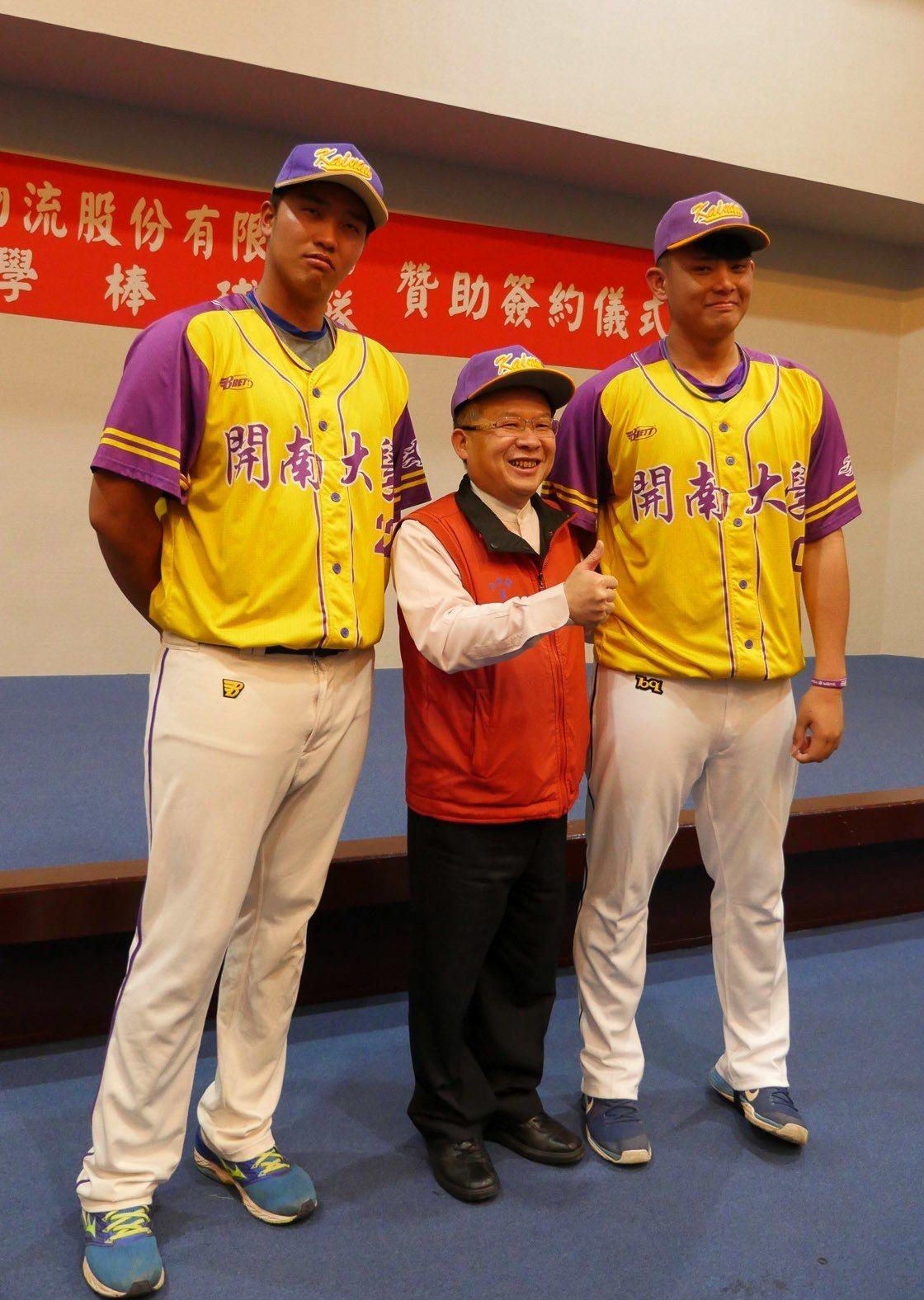 華碩國際聯合物流公司董事長周國福(中)因身高被暱稱「百九(190)」,與開大棒球...