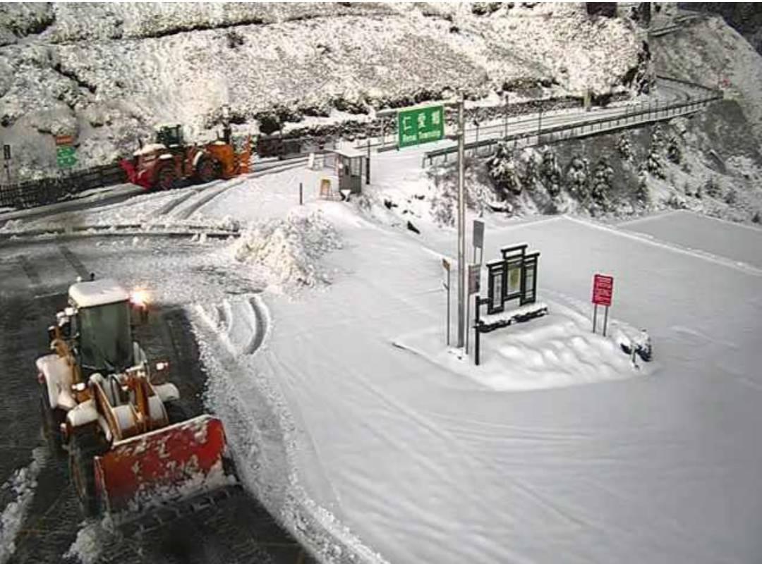 合歡山昨入夜後斷續降雪至今晨,路面和停放車輛都被白雪覆蓋,只得出動鏟雪車鏟除積雪...