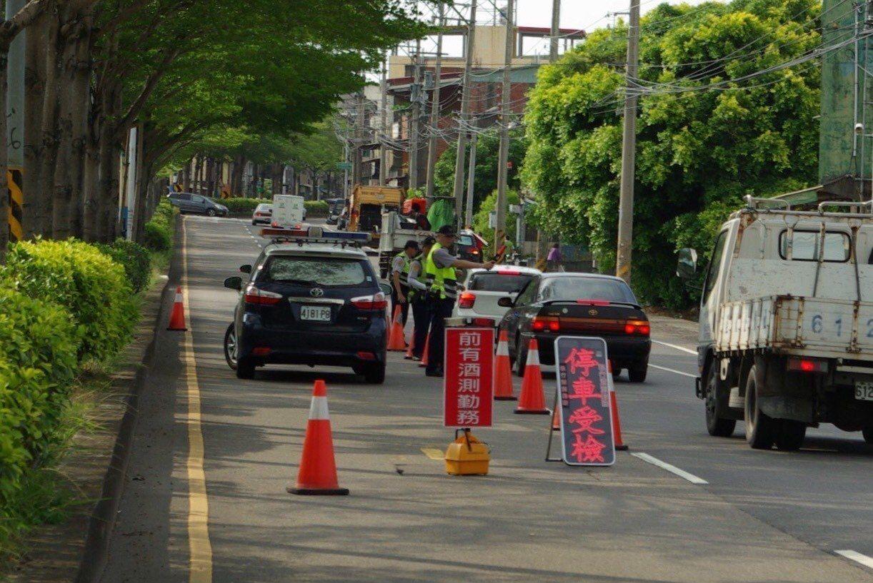 為了防止駕駛人互相通報,彰化警方酒測路段會採兩階段機動調整,大有斬獲。照片/彰化...