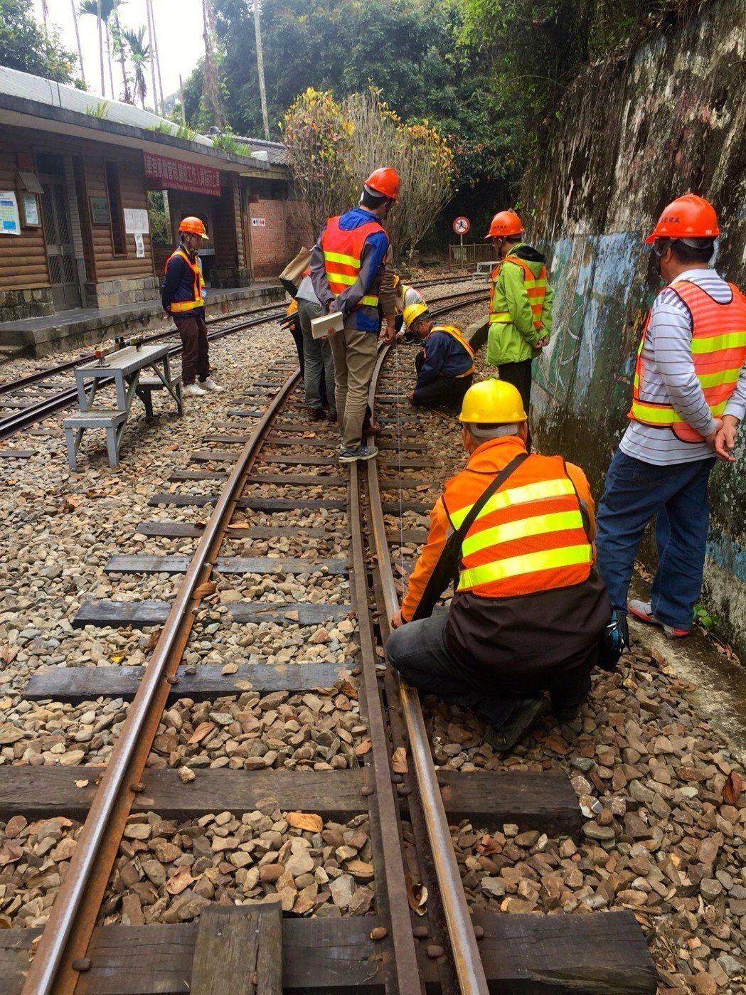 台鐵派遣專案小組與林務局會勘森鐵現場。圖/讀者提供