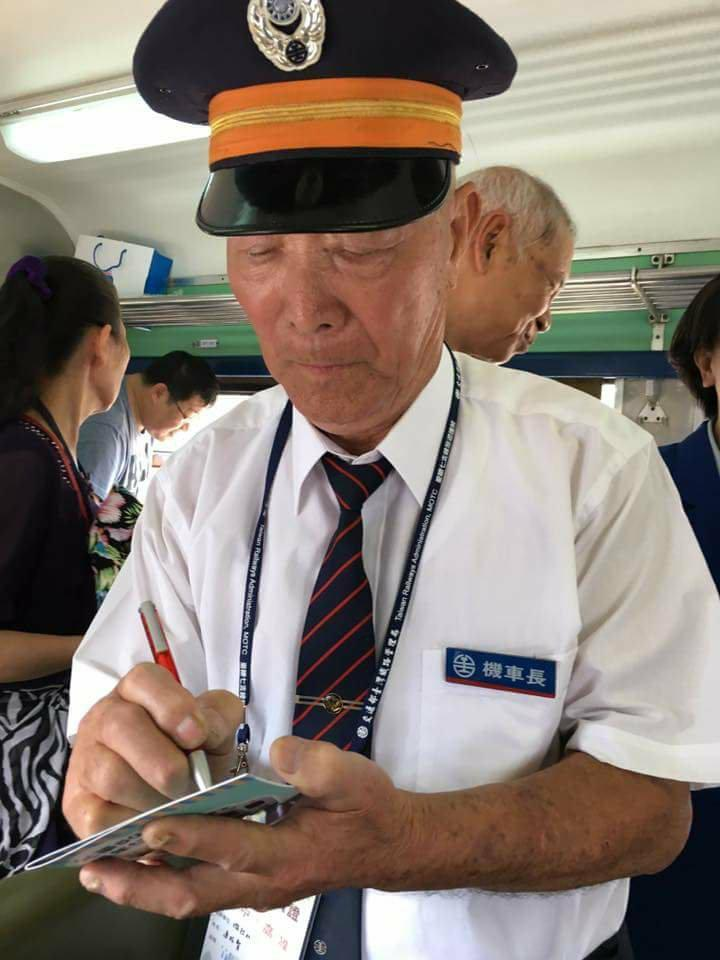 連枝賢受邀出席活動,幫鐵道迷簽名。圖/ 臉書粉專鐵道文化之旅提供