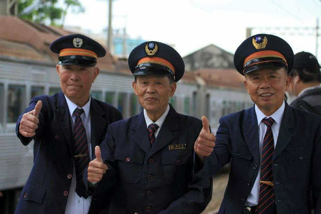 連枝賢(左)與同樣曾是台鐵光華號司機員受邀出席活動。圖/ 臉書粉專鐵道文化之旅提...