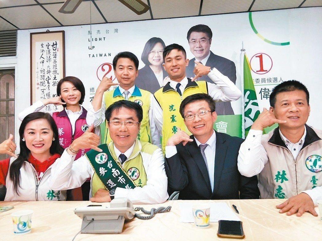 立委黃偉哲(前排左二)從民進黨台南市長初選民調出線,地方認為將能有效發揮母雞帶小雞的效應。本報資料照片