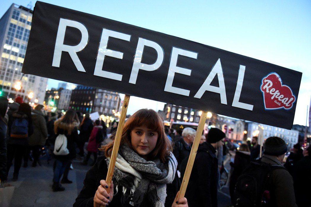 愛爾蘭政府已通過墮胎議題公投的文字。圖為示威民眾高舉標語,要求廢除墮胎禁令。路透