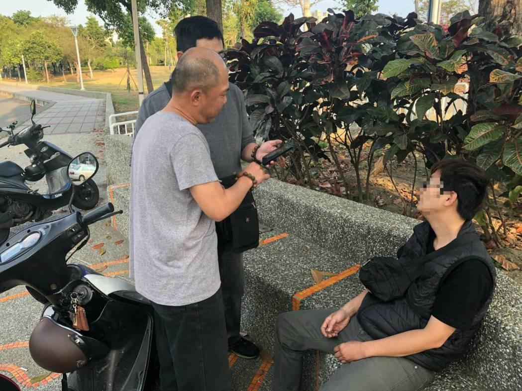 警方在翁女(右坐者)騙走彩券行「開運發財金」刮刮樂後4小時被捕。記者林保光/翻攝