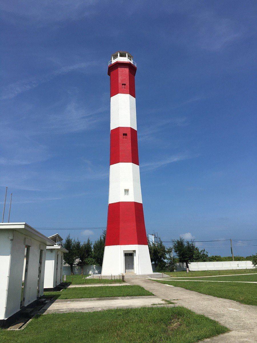 台中市清水區高美燈塔興建距今已超過50年,是全國唯一紅白相間的横紋燈塔,當初為了...