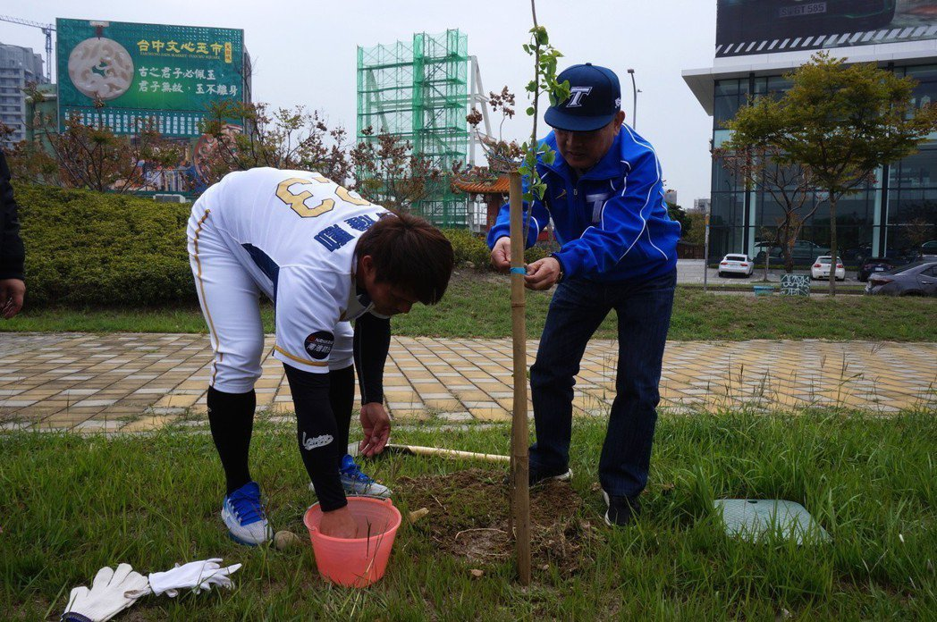 中華職棒3月24日開打,Lamigo桃猿陽耀勳開季宣告響應種樹。記者洪敬浤/攝影