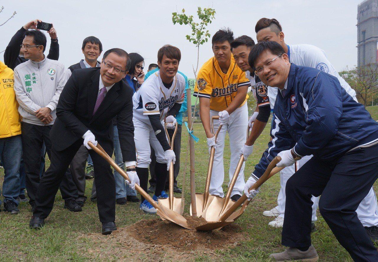 中華職棒3月24日開打,4隊球員代表與中職會長吳志揚、台中市長林佳龍一起種樹,宣...