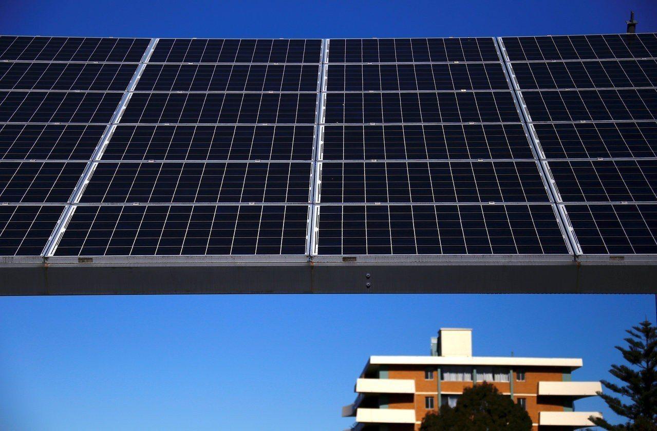 雪梨郊區的太陽能板。路透