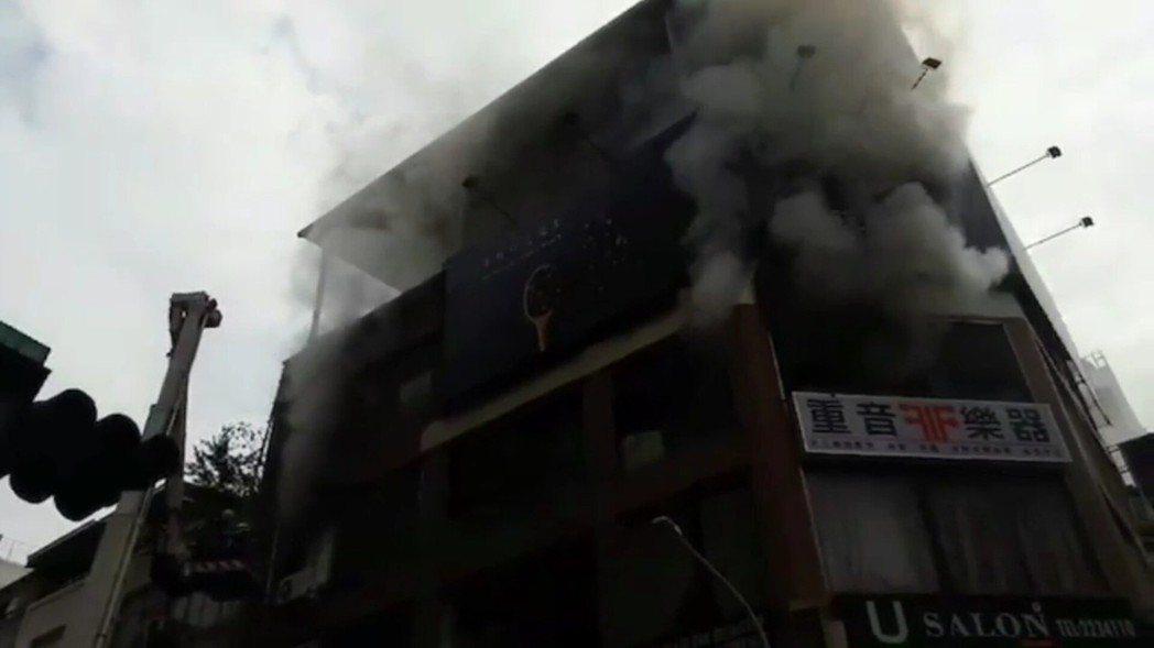 高雄苓雅區和平一路發生火警。記者林保光/翻攝