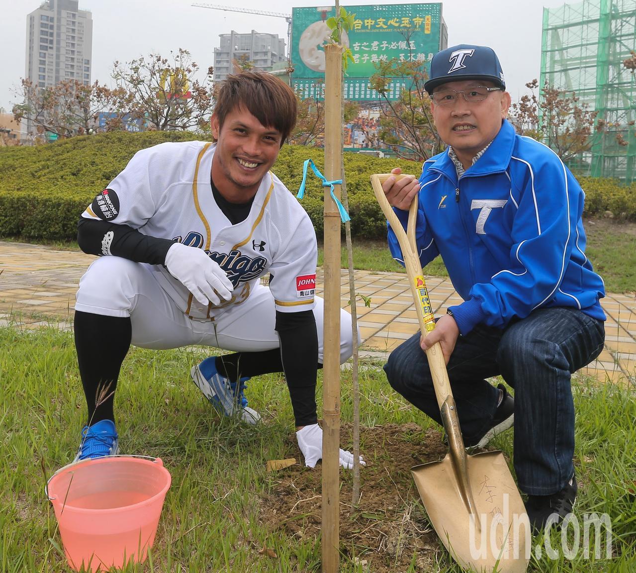 中職例行賽將於3月24日開打,職棒球星陽耀勳(左)參與開季宣告植樹活動。 記者黃...