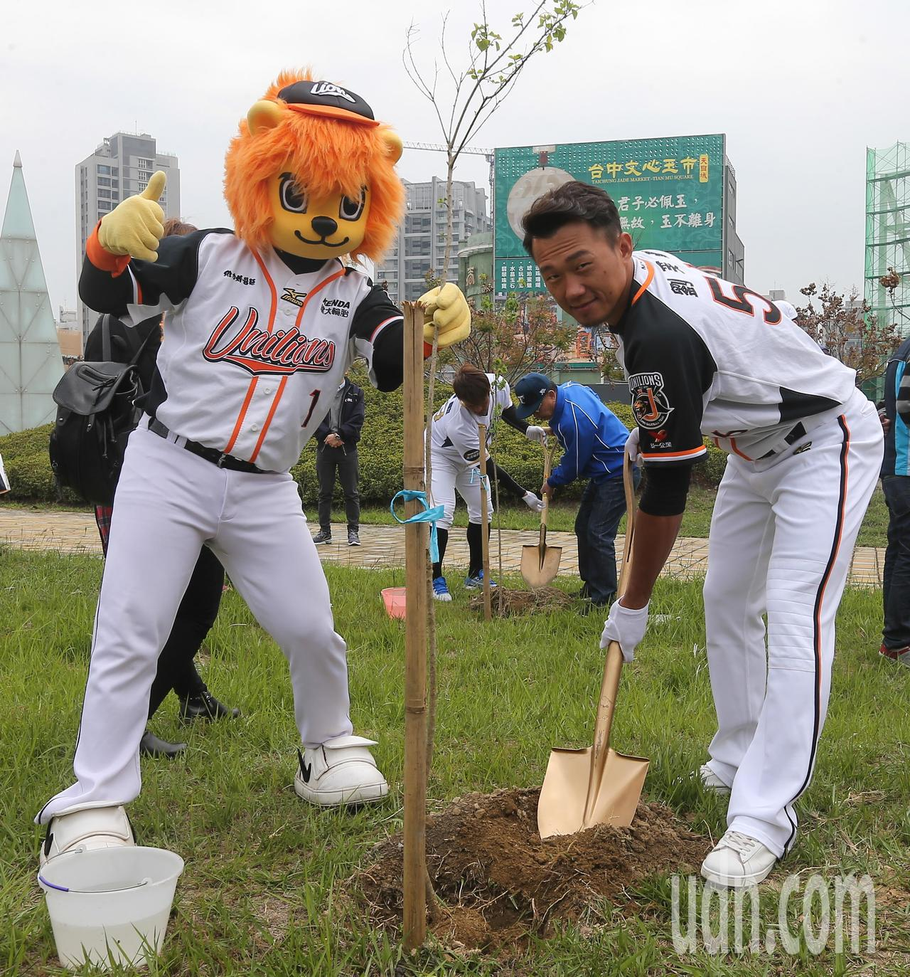 中職例行賽將於3月24日開打,職棒球星劉芙豪(右)參與開季宣告植樹活動。 記者黃...