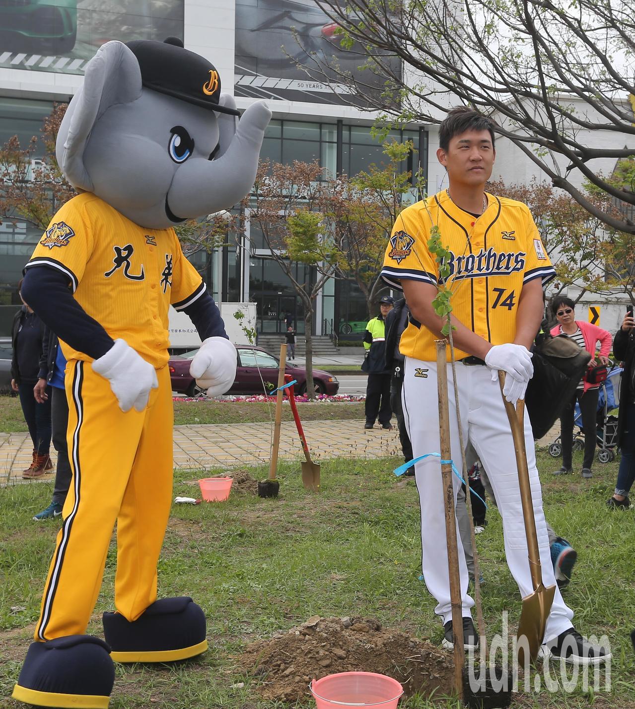 中職例行賽將於3月24日開打,職棒球星許基宏(右)參與開季宣告植樹活動。 記者黃...