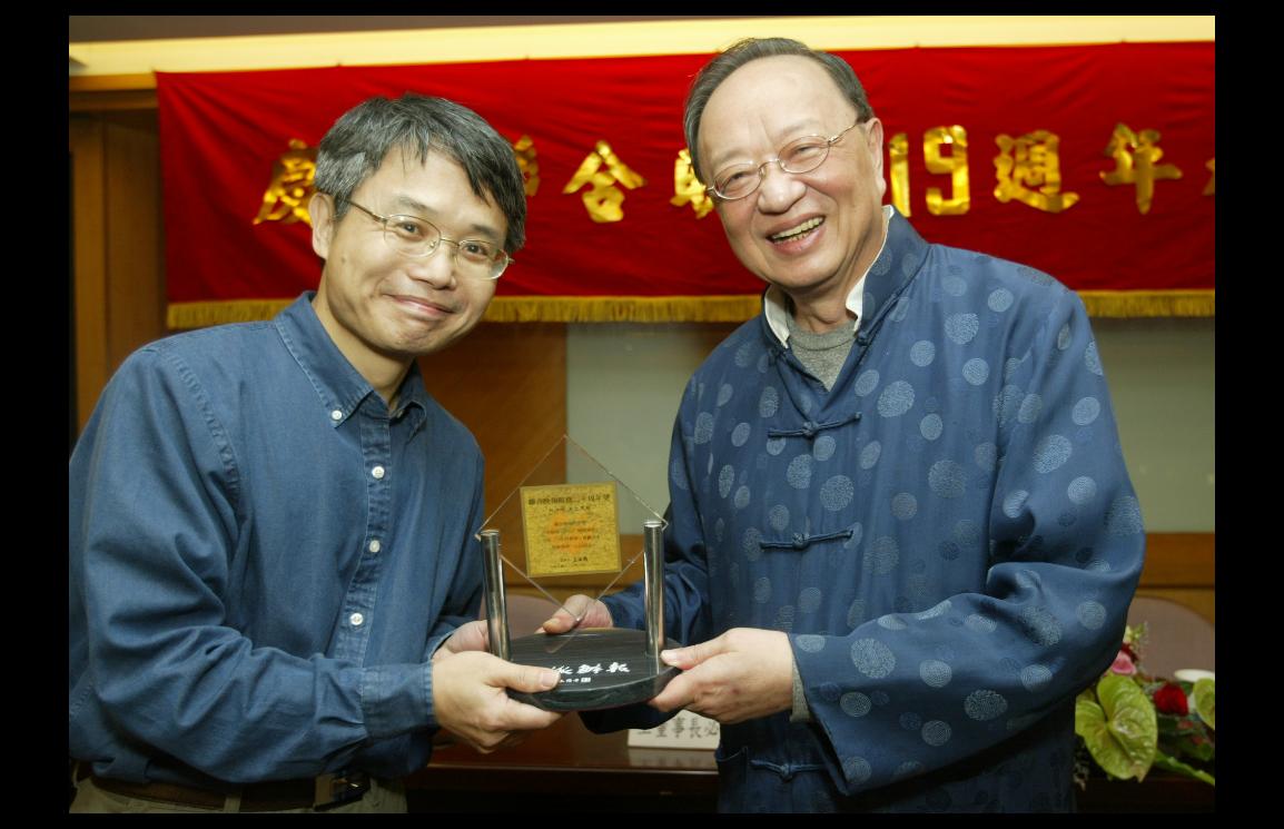 彭淮棟(左)十年前身影,2007年他獲頒服務滿20金質獎座。聯合報系資料照
