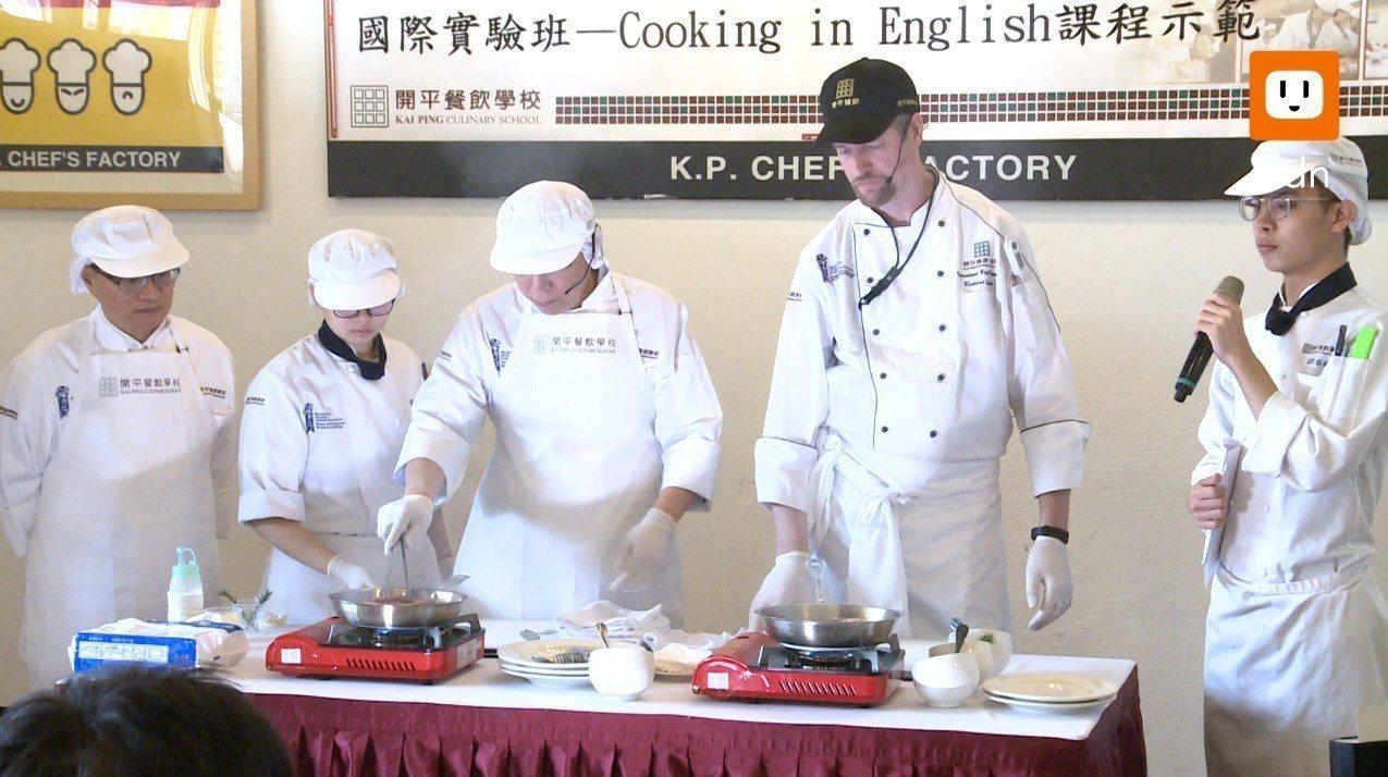 台北市長柯文哲上午參訪開平餐飲國際實驗班。記者徐宇威/攝影