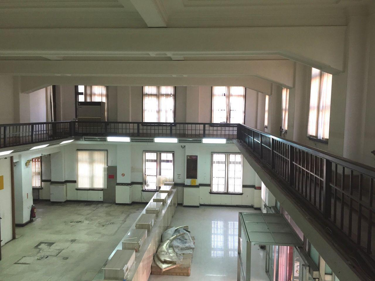 新竹市政府今天指定「原台灣銀行新竹支店」為市定古蹟,圖為挑高二層營業大廳。圖/文...