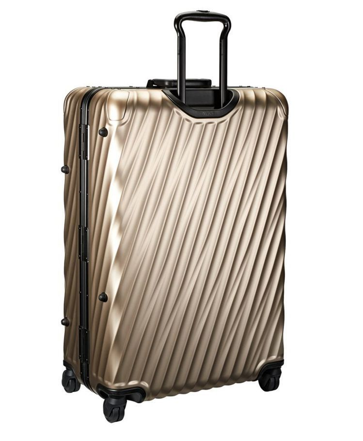 19 DEGREE系列29吋白金色旅行箱 ,56,800元。圖/TUMI提供