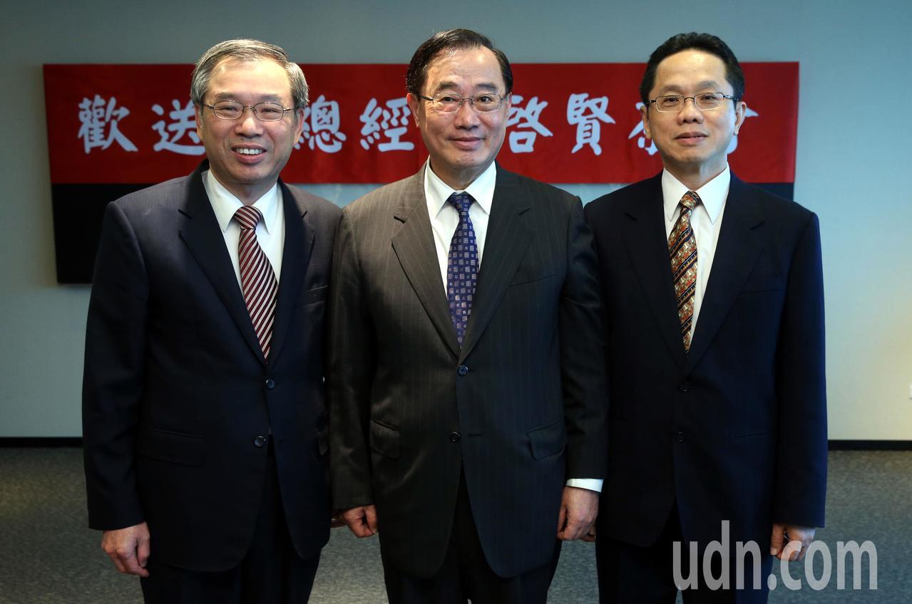 證交所今天下午臨時提前舉行總經理李啟賢(左)的歡送茶會,董事長許璋瑤(中)、副總...