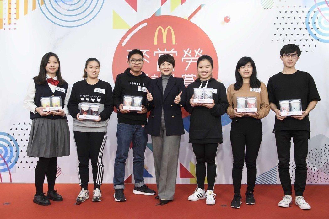 台灣麥當勞人資部副總裁藍郁琇與獲獎同學合影。圖/麥當勞提供
