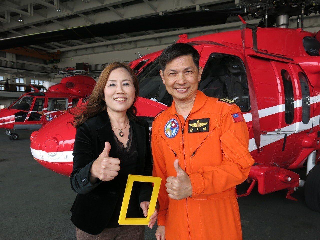 被救民眾陳霈英(左)向黑鷹直升機飛行教官胡元輝表達感謝。記者黑中亮/攝影